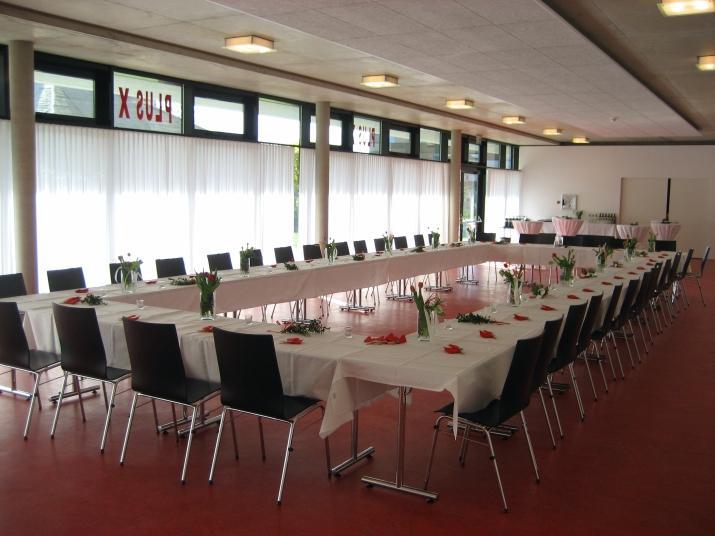 Zum Veranstaltungsraum gehört ein großzügiges Foyer und eine Catering-Küche. Auf Wunsch können Sie eine Bühne, Veranstaltungstechnik, Stellwände und Tischdekoration mieten. Gerne empfehlen wir Ihnen auch einen Cateringservice und Musiker.