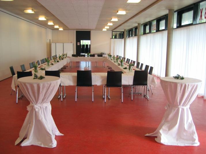 Im kleinen Veranstaltungsraum finden Hochzeiten, Geburtstagsfeiern, Hennafeste und andere Feiern einen schönen Rahmen. Hier finden auf 220 m² Fläche bis zu 150 Personen Platz, bei Reihenbestuhlung bis 190 bzw. 240 Personen und ohne Bestuhlung über 300 Personen.